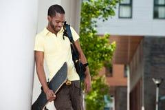 Jeune étudiant américain d'Afrian à l'extérieur Images libres de droits