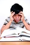 Jeune étudiant asiatique chargé. Photographie stock libre de droits