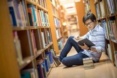 Jeune étudiant asiatique dans la bibliothèque Images libres de droits