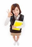 Jeune étudiant asiatique d'isolement sur le fond blanc. Image libre de droits