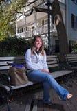 Jeune étudiant attendant entre la classe Image libre de droits