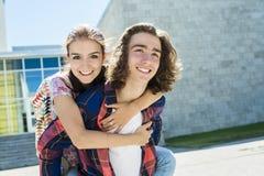 Jeune étudiant bel d'ami à l'université Images libres de droits