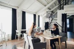 Jeune étudiant d'architecte étant interviewé pour le travail à la société de conception, ayant des conversations au sujet de déma photographie stock libre de droits