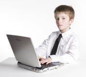 Jeune étudiant de garçon sur l'ordinateur portable Photo stock