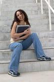 Jeune étudiant de Latina étreignant l'ordinateur photographie stock