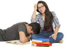 Jeune étudiant entouré par des livres Image libre de droits