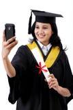 Jeune étudiant gradué féminin prenant le selfie Photographie stock
