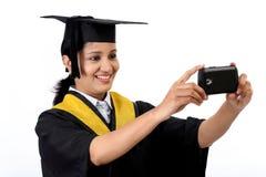 Jeune étudiant gradué féminin prenant le selfie Photo libre de droits