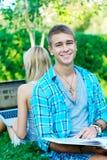 Jeune étudiant heureux au parc Images stock