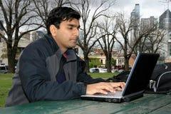 Jeune étudiant indien en dehors du campus d'université. photographie stock libre de droits
