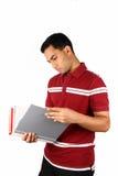 Jeune étudiant indien regardant un fichier. photo libre de droits