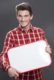 Jeune étudiant masculin de Hrilled tenant un panneau de l'espace de copie photos stock