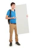 Jeune étudiant masculin tenant le conseil vide blanc Image stock