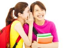 Jeune étudiant parlant à son ami avec l'expression heureuse Photos stock