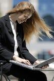 Jeune étudiant préparant une licence avec l'ordinateur portatif Photos stock