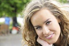 Jeune étudiant universitaire de sourire sur le campus Image stock