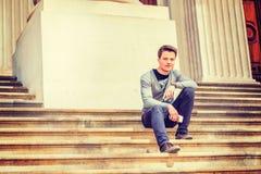 Jeune étudiant universitaire sur le campus Photos libres de droits