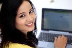 Jeune étudiante à l'aide de la tablette Photos stock