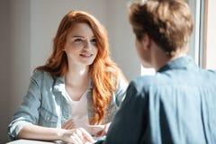 Jeune étudiante écoutant son ami Images libres de droits