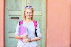 Jeune étudiante au campus Image libre de droits