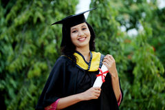 Jeune étudiante avec le diplôme à dehors Photographie stock libre de droits