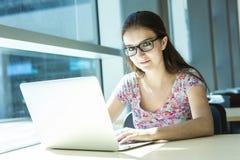 Jeune étudiante belle à l'université Images stock
