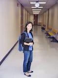 Jeune étudiante féminine asiatique dans la robe d'obtention du diplôme, d'isolement sur le fond blanc image stock