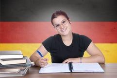 Jeune étudiante sur le fond avec le drapeau de germanl Photographie stock