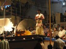 Jeune aarti de conduite de prêtres de Brahmin Images libres de droits