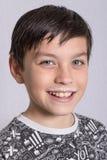 Jeune adolescent avec une moustache de lait photographie stock