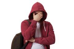 Jeune adolescent triste d'isolement sur le fond blanc Image libre de droits