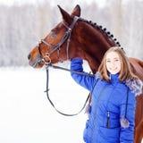 Jeune adolescente avec son cheval en parc d'hiver Image stock