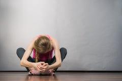 Jeune adolescente déprimée triste s'asseyant par le mur Images libres de droits