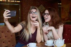 Jeune adolescente de sourire positive de fille en verres et avec le long ha Images stock