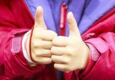 Jeune adolescente donnant le pouce sur deux mains comme signe de succès Concentré sur les mains Plan rapproché photographie stock