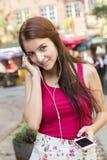 Jeune adolescente heureuse dans l'endroit urbain Photographie stock libre de droits