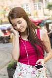 Jeune adolescente heureuse dans l'endroit urbain Photo stock
