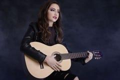 Jeune adolescente jouant sur la guitare photographie stock