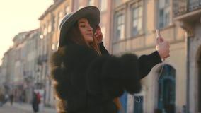 Jeune adolescente prenant la photo ou faisant le selfie banque de vidéos