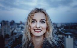 Jeune adolescente souriant sur le fond de la ville de soirée Jour, dehors Image stock