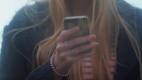 Jeune adolescente textotant dehors au téléphone clips vidéos