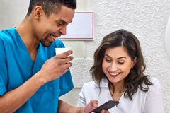 Jeune Africain et dentistes caucasiens sur la pause-café photo stock