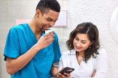 Jeune Africain et dentistes caucasiens sur la pause-café images stock