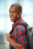 Jeune Afro-américain avec le sac à dos Image libre de droits