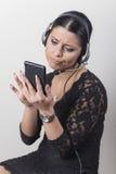 Jeune agent de service client ennuyé avec la conversation photographie stock