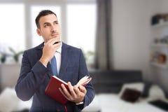 Jeune agent immobilier ou vraie pensée d'agent immobilier image libre de droits