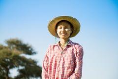 Jeune agriculteur féminin birman images libres de droits