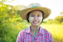 Jeune agriculteur féminin birman traditionnel images libres de droits