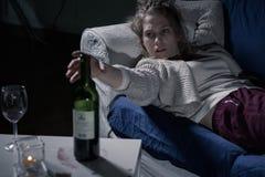 Jeune alcoolique féminin Photographie stock libre de droits