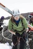 Jeune alpiniste de ski de sportive s'élevant sur la corde sur la roche Photographie stock libre de droits